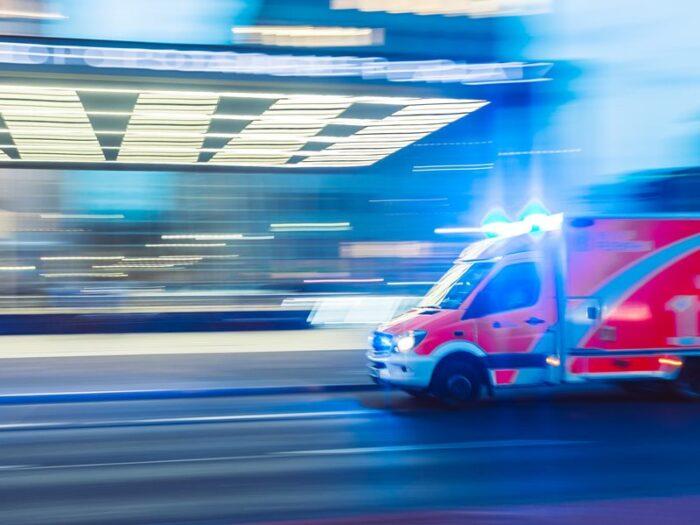 緊急出動する救急車